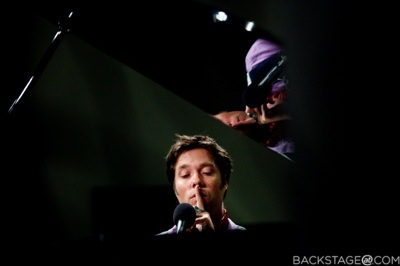 RUFUS-BACKSTAGE-AT-A-PLACE-AT-THE-TABLE-ALI-FORNEY-BENEFIT-1312-2-900x599